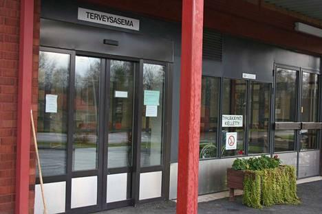 Terveysaseman ovet sulkeutuivat pariksi päiväksi koronaviruksen takia.