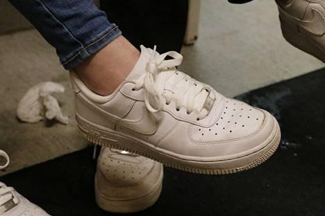 Varas vei Venlan repusta tällaiset Niken Air Force 1 -kengät. Nyt jalassa on jo uudet vastaavat. Suositulla liikuntapaikalla on sattunut paljon varkauksia.
