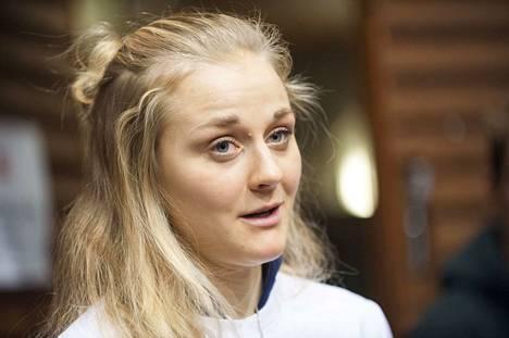 Stina Nilsson siirtyi hiihdosta ampumahiihtoon.