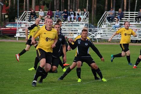 Innon jalkapallojoukkue taistelee noususta vitosdivisioonaan kauden kahdessa viimeisessä ottelussaan kotikentällä.