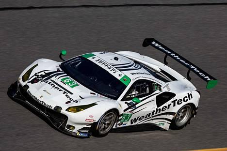 Vilanderin autokunta kilpailee valkoisella Ferrarilla numero 63.