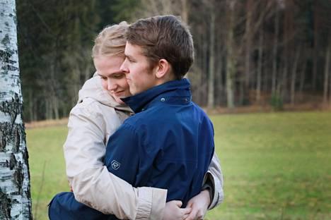 Roope Forsell ja Janita Tiainen osoittavat mielellään välittämistä halaamalla.