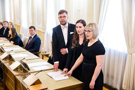 Timo Harakka, Sanna Marin ja Aino-Kaisa Pekonen vannomassa virkavalaa.