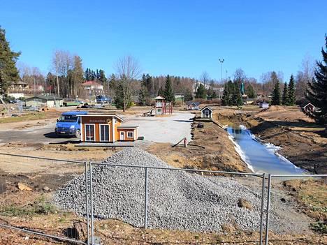 Liikennepuistossa ovat maanrakennustyöt käynnissä. Kaivutyö alkoi ajoväylien kosteimmasta kohdasta.