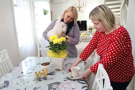 Virpi Pihlajaviita on keittänyt kahvit valmiiksi, kun Mia Kannisto tulee töistä kotiin. Kuvassa myös perheen lemmikki Kiira-koira.
