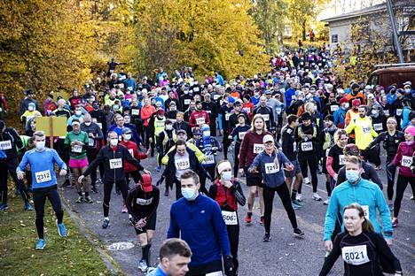 Pirkan hölkkääjät ottivat lähdössä alkulämmittelyt Tehtaan kentän laidalla Erikssonin puiston ruskaloistossa.