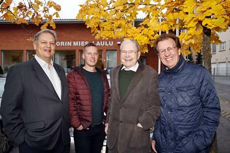 Porin Mies-Laulun kuoroveljiä monessa sukupolvessa: vasemmalta Pekka Koskenkorva, Teemu Keto, Seppo Nordling ja kuoron taiteellinen johtaja Guido Ausmaa.