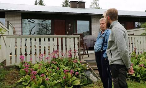 Asukas Asser Rauskanen ja taloyhtiön hallituksen puheenjohtaja Matti Nokelainen päivittelevät fasaanin särkemää ikkunaa.
