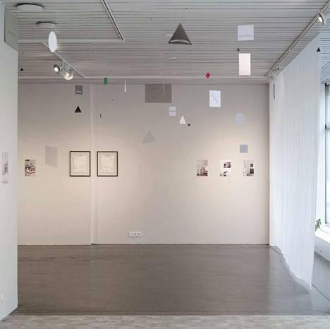 Osa tilateoksesta Sunday, 2018, sekä kaksiosainen akvarelli Mirrored Moment XIV, 2015.