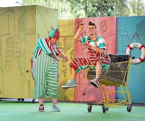 Perusporilaiset Pöffeli (Mikaela Tervonen) ja Koffeli (Kim Kihlström) ovat näkevinään Porin piruja vähän joka paikassa. Heidän kommelluksensa johdattavat katsojat seikkailuihin ja musikaalimaisiin tapahtumiin. Esityksen puvut (Riina Hirvonen) ovat värikkäitä ja mielikuvituksellisia.