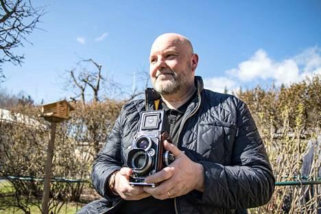 Kari Pällin rakkaimpia kameroita on hänen isänsä vanha Rolleiflex. Kun Pälli nuorena poikana ensimmäistä kertaa pääsi kuvaamaan sillä, hän halusi heittää vanhat kameransa menemään. Rolleiflexin optiikan piirtokyky ja suurempi filmikoko olivat niihin verrattuna ylivoimaisia.