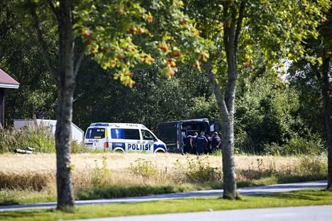 Useita poliiseja osallistui operaatioon Ulvilassa Kirkkotiellä.