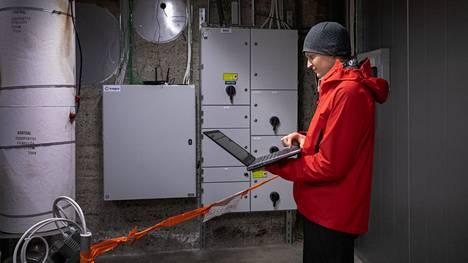 Tamperelainen Polar Night Energy on kehittänyt laitteiston, jonka avulla lämpöä voidaan varastoida hiekkaan. Yrityksen toinen perustaja Tommi Eronen sääti sähkövastusten toimintaa tietokoneeltaan Tampereen Hiedanrannassa helmikuussa 2021.