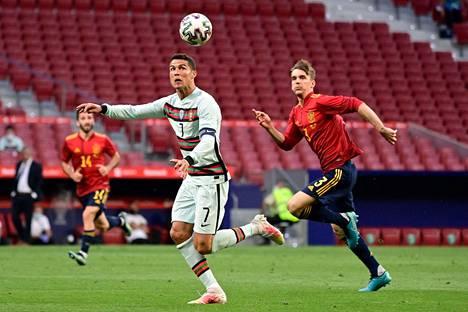 Diego Llorente (oik.) pelasi vielä 4. kesäkuuta Espanjan ja Portugalin välisessä maaottelussa, mutta nyt hän on karanteenissa koronavirustartunnan vuoksi. Llorenten edessä palloa puskee Portugalin tähtihyökkääjä Cristiano Ronaldo.