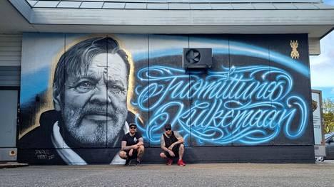 Tatuointiartistit Jan Axel ja Tero Heinonen maalasivat piristystä Harjavallan liikekeskukseen viikonloppuna.
