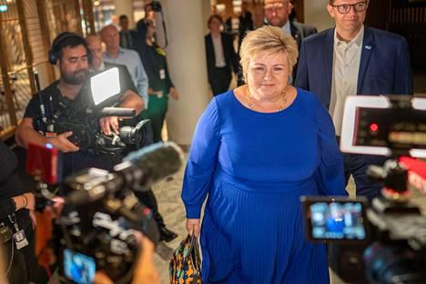 Konservatiivipuolueen Erna Solberg on toiminut Norjan pääministerinä kahdeksan edellistä vuotta. Solberg saapui puolueensa vaalivalvojaisiin kameroiden ympäröimänä.