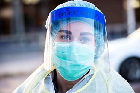 Koronavirustestin ottajan on suojauduttava hyvin, jotta hän ei saa tartuntaa potilaalta.