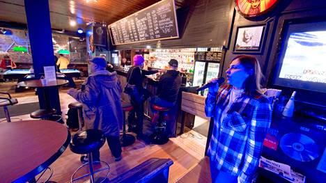 Bar Ladon entinen omistaja Yesim Badar innostui laulamaan torstaina Kikkaa. Viikonlopun aikana karaokea voi laulaa vain istualtaan. Maanantaista lähtien ravintolat menevät kokonaan kiinni.