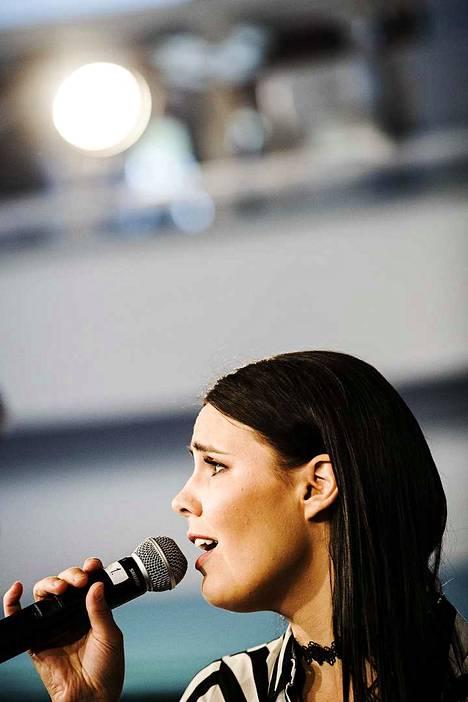 Anne Mattila laulaa Keski-Porin kirkossa PTS Suuren puhallinorkesterin joulukonsertin solistina.
