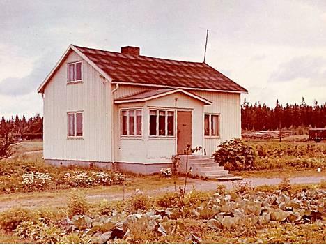 Rauvolan ruotsalaistalo 1950-luvun loppupuolella. Oikealla rautatiellä näkyy yksi junanvaunu. Ylikulkusillasta ei ole vielä merkkiäkään.