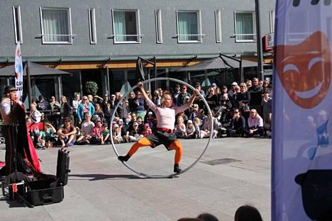 Les Dudes -katusirkusduo esiintyi Rotuaarin aukiolla. Esitys liittyy kuukauden mittaiseen Oulun päivät -tapahtumaan.