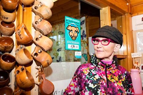 Veronika Uravuori tunnetaan Suomensaaren saunan hyvänä hengettärenä. Vakiokävijöillä on kahviossa oma kuksa.