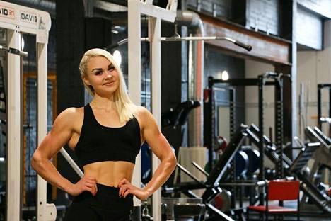 Yläasteella Aitto-oja näki televisiossa Jutta ja puolen vuoden superdieetti -ohjelman. Se oli hänen ensikosketuksensa fitnessiin.