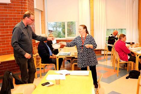 Kokemäen kirkkovaltuusto valitsi uuden kappalaisen torstai-iltana. Juha-Pekka Knuutila äänestää ja Pirkko Hakuni kerää liput ääntenlaskentaa varten.