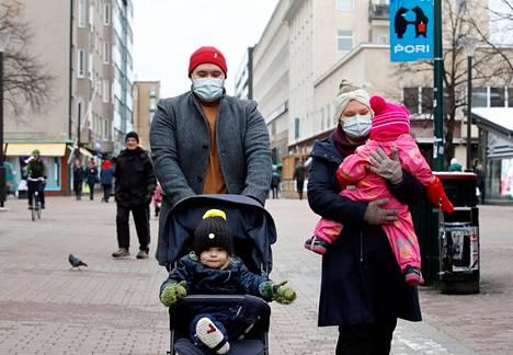 Markus Holm (vasemmalla takana) kertoi, että kun Porin ilmoitettiin siirtyneen koronan kiihtymisvaiheeseen, hänen ajatuksensa maskien käytön tarpeellisuudesta vahvistuivat. Minka Holm lisäsi koronatilanteen mietityttävän esimerkiksi lähestyvän joulun kannalta, sillä sukulaisten luo ei ehkä voida lähteä. Kuvassa myös Aleksi Holm (rattaissa) sekä Minkan sylissä hänen ystävänsä lapsi.