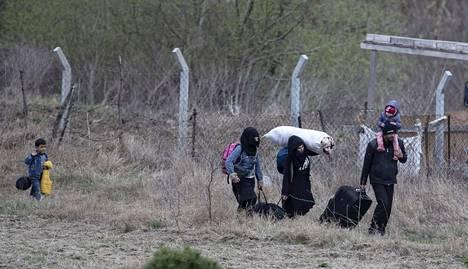 Pakolaisperhe käveli Edirnen kaupungin lähettyvillä Turkissa pyrkien kohti Kreikan rajaa 10. maaliskuuta.