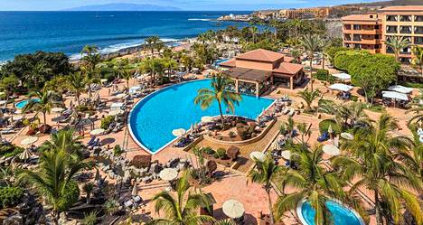 Karanteeniin julistettu neljän tähden hotelli Costa Adeje Palace sijaitsee meren äärellä.