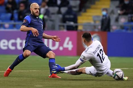 Teemu Pukki ohitti Kazakstanin maalivahti Igor Shatskin kaksi kertaa vierasmaaottelussa jalkapallon MM-karsinnoissa tiistaina.