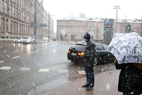 Näin raikas räntäsade piristi ihmisten päivää Tampereen keskustassa pari vuotta sitten.