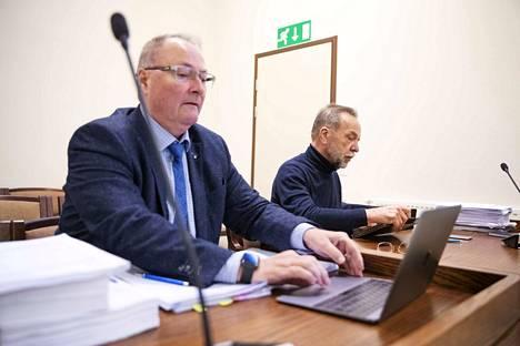 Asianajaja Juha Mannerin (etualalla) mukaan rikosoikeudellista arviota ei tule tehdä sen perusteella, onko Kaj Kainulaisen menettely joiltakin osin ollut mahdollisesti moraalisesti paheksuttavaa.
