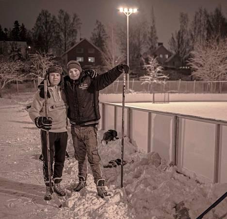 Atte Vesanen (vas.) ja Rony Valtonen olivat tulleet luistelemaan ja lyömään kiekkoa Roukon kentälle maanantai-iltana 11. tammikuuta. .