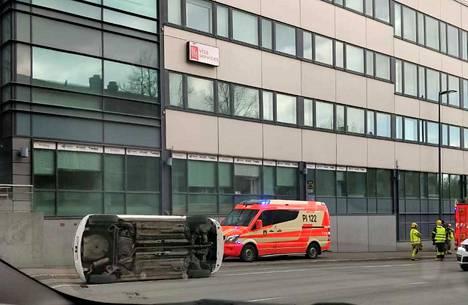 Tällaiselta näytti kyljelleen kellahtanut henkilöauto Tampereen keskustassa perjantaina.