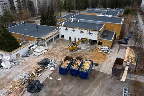 Hämäläisen ohjaama kaivinkone näkyy kuvan keskellä entisen voimistelusalin keskellä. Purkutyöt jatkuvat heinäkuulle.