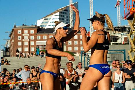 Riikka Lehtonen ja Nina Ahtiainen voittivat beach volleyn SM-kiertueen turnauksen Kalajoella. Kuva viime kesän SM-finaaleista Tampereelta.
