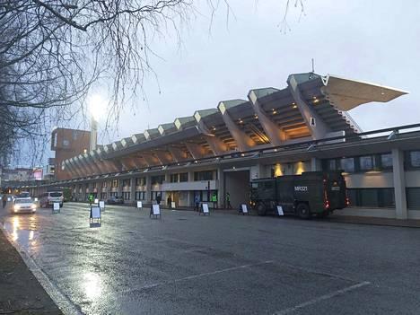 Näin sujuivat itsenäisyyspäivän paraatikatselmukset valmistelut Tampereen Ratinan stadionin kupeessa perjantaina aamukymmenen aikaan.