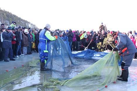 Talvinuottaus kiinnostaa aina yleisöä Röölässä.