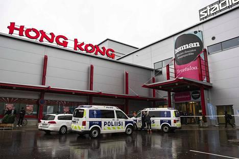 Kuopiossa kauppakeskuksen tiloissa sijaitsevassa ammattiopistossa tapahtui viime lokakuussa hyökkäys, jossa 25-vuotias miesopiskelija surmasi yhden henkilön ja haavoitti yhdeksää pitkällä teräaseella.