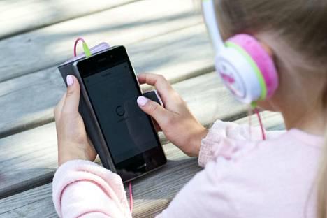 Aamulehden tietojen mukaan useampi lapsi on onnistunut tekemään maksulliseen pelipalveluun tilauksia. Lapsen puhelimen tekstiviestit kannattaa tarkastaa toisinaan. Kuvan lapsi ei liity tapaukseen.