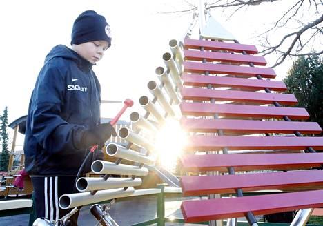 Jusa Riihelä testaili musiikkileikkipuiston soittimia Porilaine-lehden pyynnöstä viime marraskuussa.