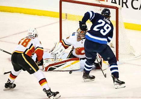 Patrik Laineen Winnipeg kohtaa toisen kanadalaisjoukkueen Calgaryn NHL:n karsintakierroksella. Kuva joukkueiden kohtaamisesta 2018.
