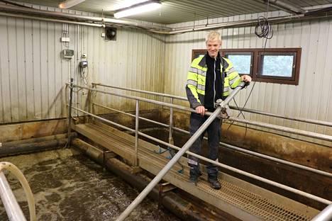 Pomarkun jätevedenpuhdistamolla on jo ikää, ja se on nykyisellään käyttöikänsä päässä. Kuvassa laitoksen hoitaja Pasi Huhtala. Arkistokuva.