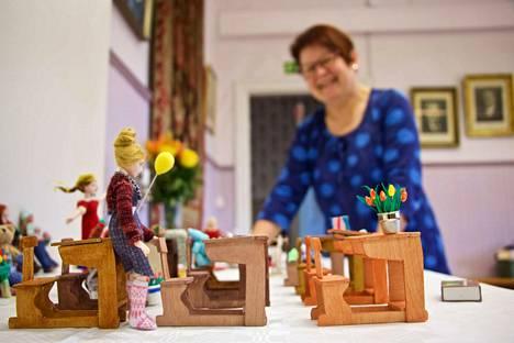 Nukkekotiharrastajien leirillä Riihossa on syntynyt monenlaisia taidokkaita nukkekotiesineitä. Näyttely tuo nyt nämä ja monet muut taideteokset nähtäville kesäksi.