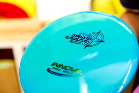 Frisbeegolfkiekkojen päälle on yleensä painettu neljä numeroa, jotka kertovat kiekon ominaisuuksista.