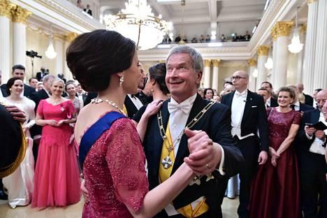 Presidenttipari tanssi toisenkin tanssin heti ensimmäisen perään.