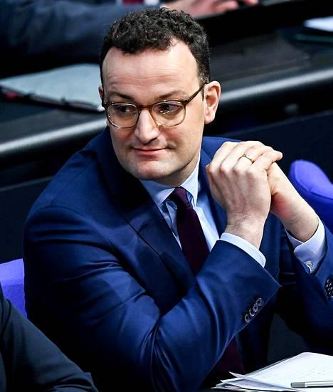 39-vuotias Jens Spahn on seuraajaehdokkaista nuorin ja Merkelin hallituksen terveysministeri.