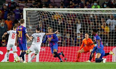 Robert Lewandowski painoi pallon vastustamattomasti Barcelonan maaliin, ja teki sen jopa kahdesti Camp Noulla tiistaina.